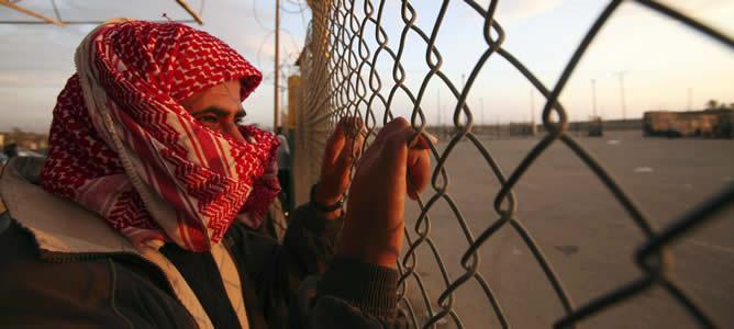 Un joven palestino espera a sus familiares para cruzar la frontera de Rafah al sur de Gaza.- La complicada situación palestina se suma a la ya de por sí compleja realidad gay en el mundo islámico