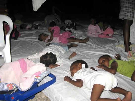 FOTOGALERIA: Varios niños durmiendo en un orfanato de Puerto Príncipe