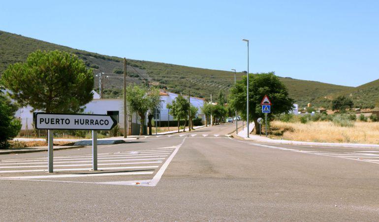 Vista de la entrada al pequeño municipio pacense de Puerto Hurraco.