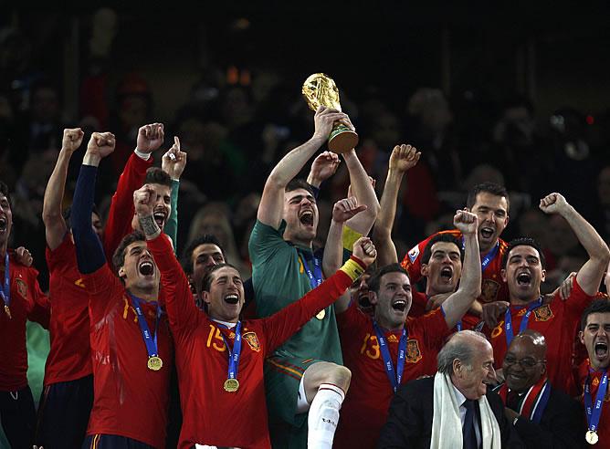 Casillas levanta la Copa que les acredita como campeones del mundo