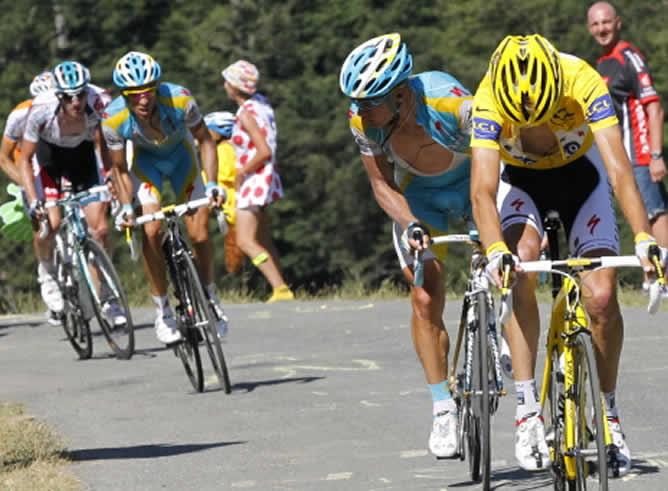 El ciclista español Alberto Contador aprovecha la avería en la cadena del luxemburgués Andy Schleck en Port de Balés durante la decimoquinta etapa del Tour de Francia