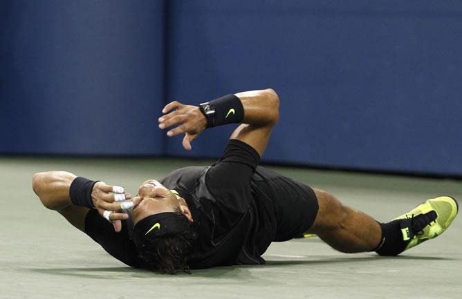 Rafa Nadal se ha desplomado sobre la pista nada más conseguir la victoria frente a Djokovic en la final del US Open
