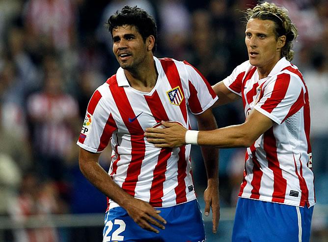 Forlán abraza a Diego Costa tras el gol