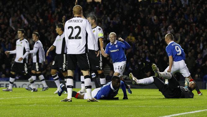 Los jugadores del equipo protestante de Glasgow celebran el primer gol