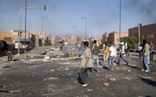 FOTOGALERIA: Jóvenes saharauis en una calle de El Aaiún