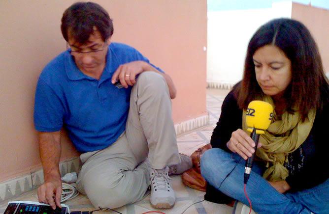 Un equipo de la SER ha logrado romper el bloqueo informativo de Marruecos en El Aaiún. En la foto, Ángel Cabrera y Àngels Barceló informan de lo que ocurre hasta que las autoridades marroquíes lo permitan
