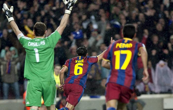 El centrocampista del F.C. Barcelona Xavi Hernández (c) celebra junto a su compañero Pedro Rodríguez y ante el portero del Real Madrid Iker Casillas (i), el gol que ha marcado al conjunto blanco, durante el partido, correspondiente a la decimotercera jornada de Liga de Primera División, que ambos equipos disputan esta noche en el Nou Camp