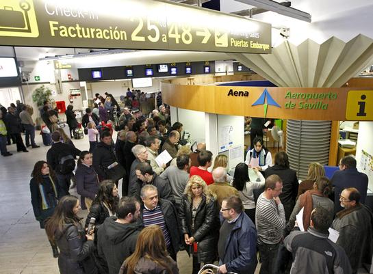 FOTOGALERIA: Colas de pasajeros en Sevilla