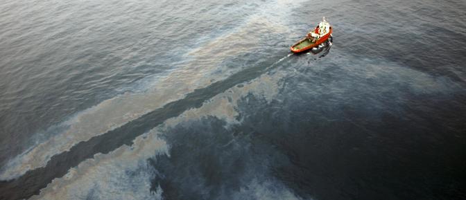 Fotografía facilitada por Salvamento Marítimo de uno de los barcos que trabajan en la limpieza de la mancha de crudo de Tarragona