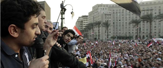 Wael Ghonim dirigiéndose a la gente reunida de la plaza de Tahrir en