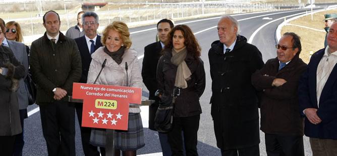 """Esperanza Aguirre, durante la inauguración de un tramo de la carretera M-224. Al término del acto la presidenta ha anunciado, que le han encontrado un bulto durante una revisión ginecológica rutinaria del que """"los médicos dan buen pronóstico"""""""