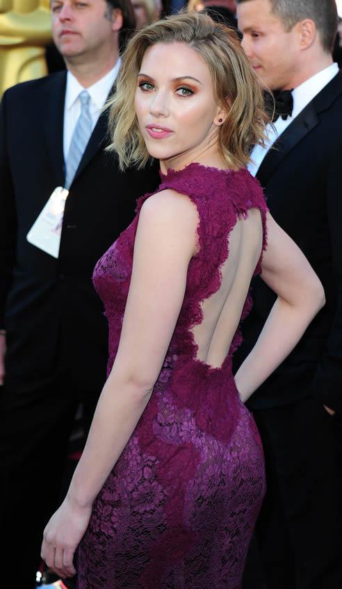Scarlett Johansson, con un vestido de Dolce & Gabbana, de encaje en color burdeos, el nuevo negro para muchos