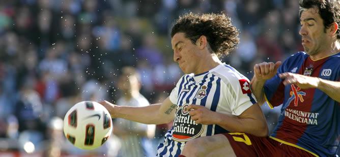 El defensa del Levante Javi Venta (d), pelea un balón con el centrocampista mexicano del Deportivo, Andrés Guardado, en el encuentro correspondiente a la vigésimo novena jornada del Campeonato Nacional de Liga de Primera División, disputado esta tarde en el Estadio de Riazor.