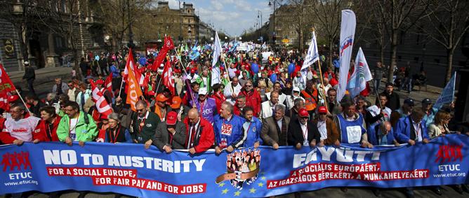 Sindicalistas de toda Europa marchan desde la Plaza de los Héroes para participar en una protesta hoy, sábado 9 de abril de 2011 en Budapest (Hungría)