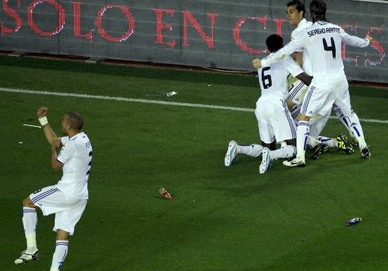 FOTOGALERIA: El Real Madrid celebra, Pepe hace el corte de manga