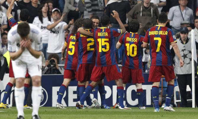 Los jugadores F. C. Barcelona celebran su primer gol frente al Real Madrid, obra del argentino Leo Messi (2d), en partido correspondiente a la ida de la semifinal de la Liga de Campeones, que ambos equipos disputan esta noche en el estadio Santiago Bernabeu