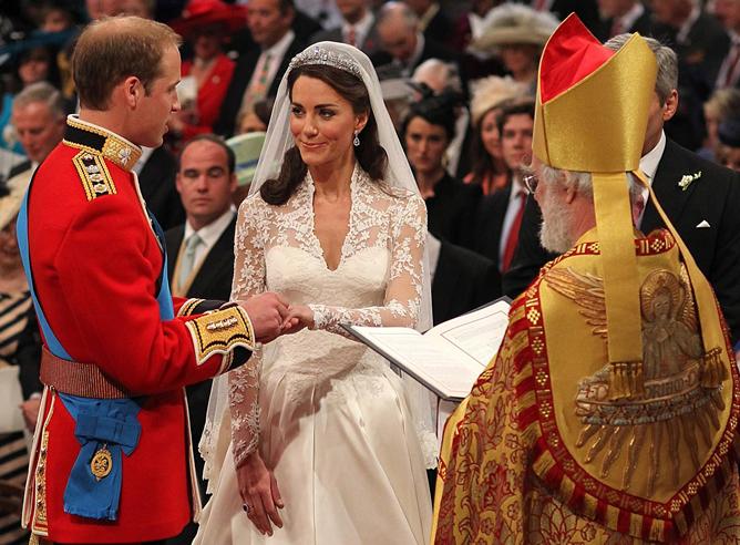 El príncipe Guillermo y Kate Middleton se intercambian los anillos durante su boda en la Abadía de Westminster, en Londres