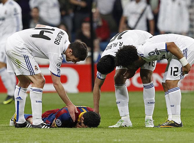 Xabi Alonso, Albiol y Marcelo piden a Busquets, que se duele en el cesped del Bernabéu, que se levante