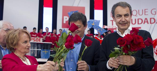 El presidente del Gobierno y líder del PSOE, José Luis Rodríguez Zapatero, acompañado del candidato socialista a la Presidencia del Principado de Asturias, Javier Fernández, y de la alcaldesa de Gijón, Paz Fernandez Felgueroso, durante el acto político celebrado en dicha ciudad asturiana