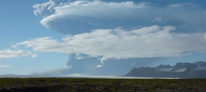 Una nube de humo sale del volcán Grimsvötn, en el sureste de Islandia