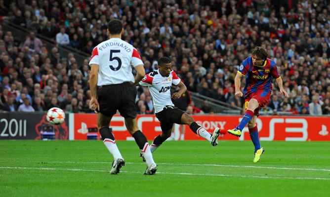El jugador del FC Barcelona Lionel Messi (c) realiza una anotación ante el Manchester United hoy, sábado 28 de mayo de 2011, durante la final de la Liga de Campeones en el estadio de Wembley en Londres