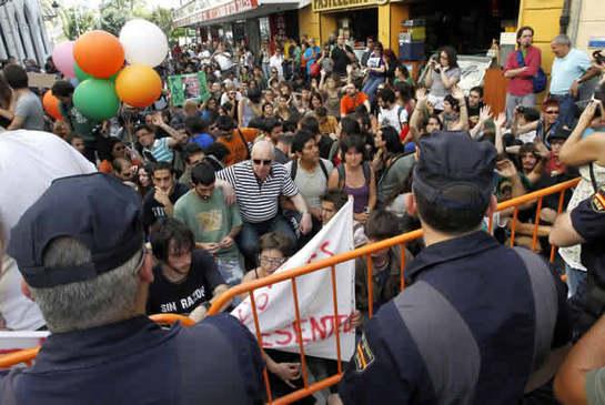 FOTOGALERIA: Con globos ante las Cortes Valencianas