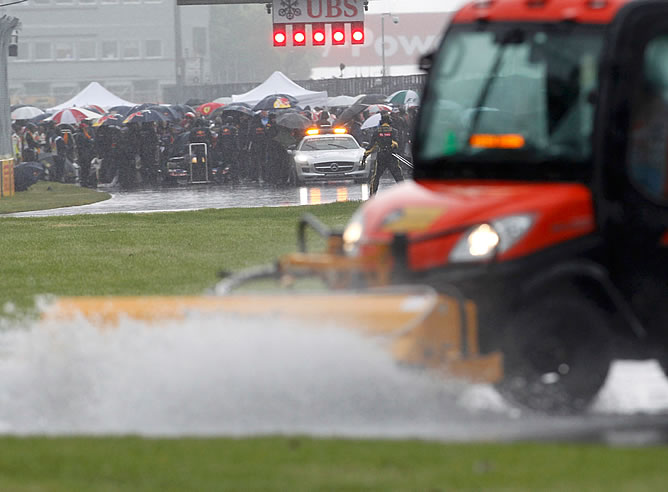 Los coches se reguardan de la lluvia