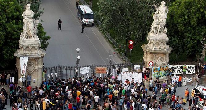 Miles de 'indignados' se concentran ante el parque de la Ciutadella