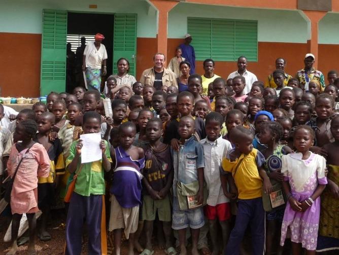 Félix con un grupo de niños en Burkina Faso.