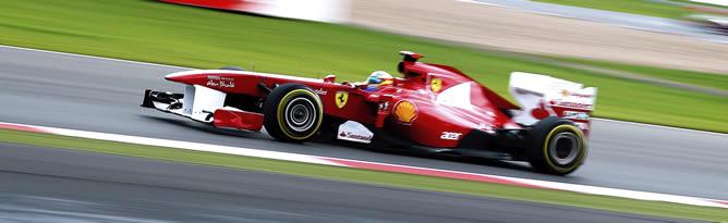 Alonso rueda durante el Gran Premio de Gran Bretaña en Silverstone