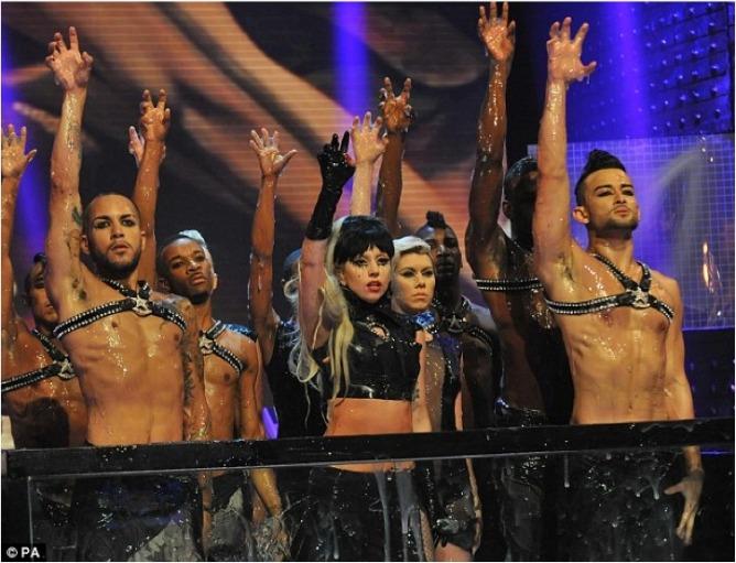 La artista Lady Gaga luce uno de los trajes diseñados por Assad Awad