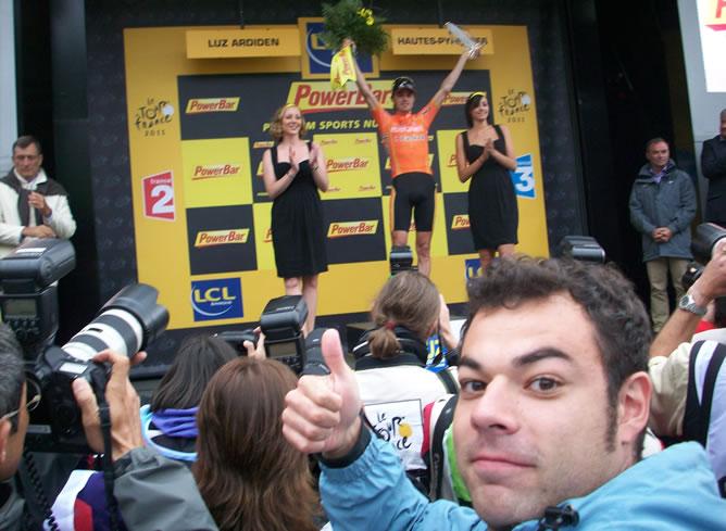 Edu Pidal, en el podio del fin de la etapa junto a Samuel Sánchez