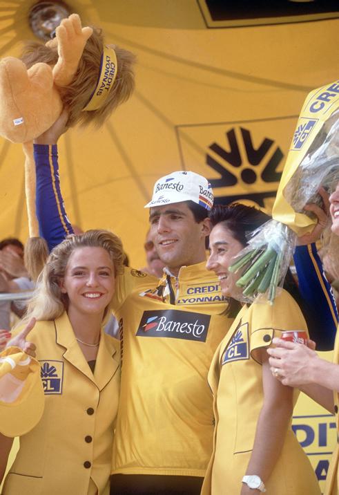 El ciclista navarro celebra en los Campos Elíseos su primer entorchado en Francia. Llegarían cuatro más