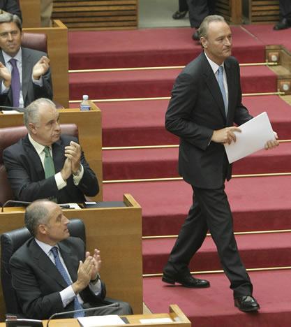 El candidato del PP a presidente de la Generalitat valenciana, Alberto Fabra, se dirige a la tribuna de oradores en el debate de investidura
