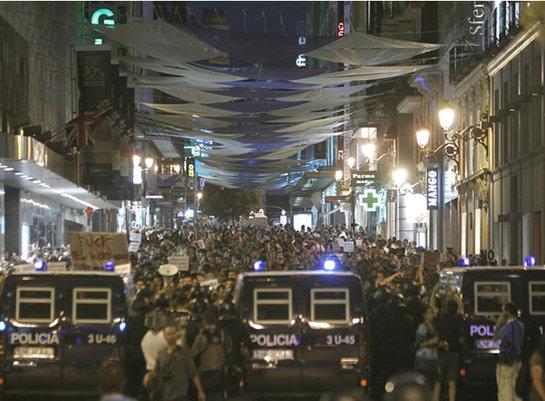 FOTOGALERIA: Miles de 'indignados' intentan acceder a Sol por la calle Preciados
