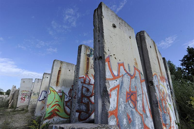 Restos del Muro de Berlín son fotografiados en un descampado en Teltow (Alemania)