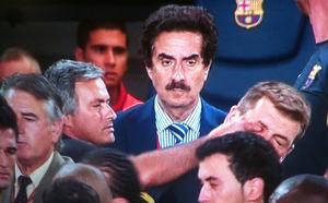 En plena tangana, el técnico del Real Madrid le metió el dedo en el ojo -cual niño de preescolar- al segundo entrenador del FC Barcelona, Tito Vilanova. El propio Mourinho desmintió que este incidente hubiera ocurrido