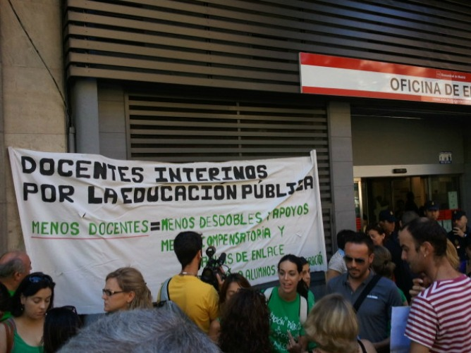 Los interinos protestan frente a una oficina del inem for Oficinas inem madrid capital