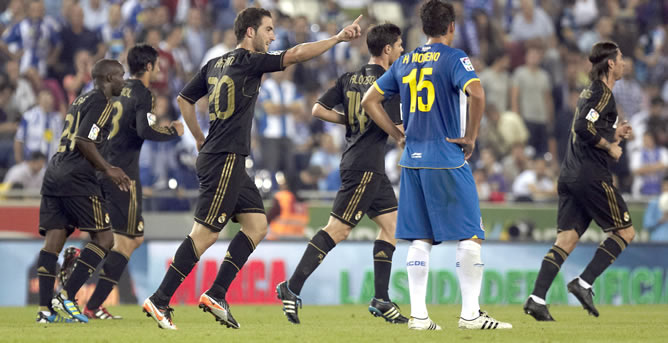 Los jugadores del Real Madrid celebran el gol del delantero argentino Gonzalo Higuaín ante el RCD Espanyol en la séptima jornada de la Liga en Primera División