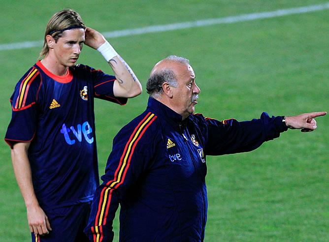 Fernando Torres, junto a Del Bosque durante un entrenamiento de la Selección