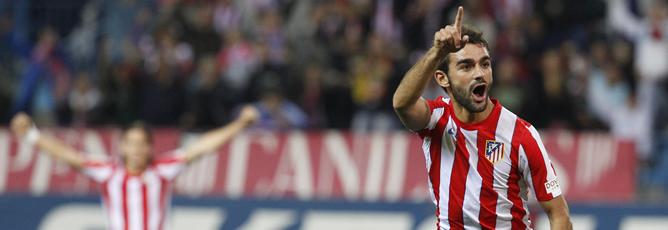 El delantero del Atlético de Madrid, Adrián López, celebra su gol, el primero de su equipo, frente al Real Zaragoza durante el partido correspondiente a la undécima jornada de la Liga de Primera División disputado en el estadio Vicente Calderón, en Madrid