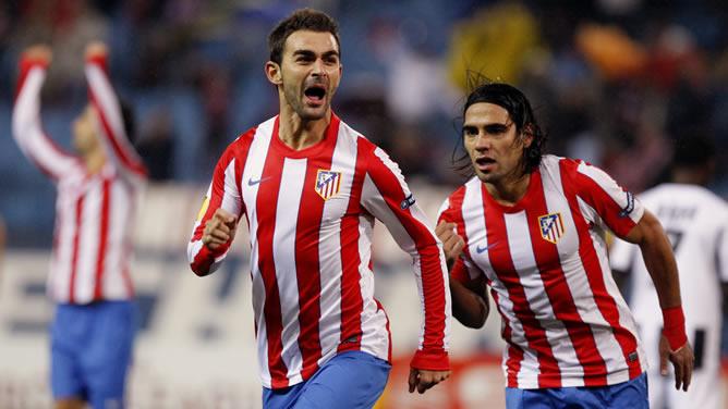 El delantero del Atlético de Madrid, Adrián López (i), celebra el primer gol con su compañero, el colombiano Radamel Falcao, durante el partido, correspondiente la cuarta jornada de grupos de la Liga Europa