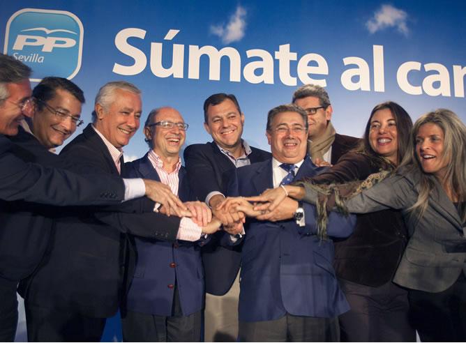 El presidente del PP andaluz, Javier Arenas (3-i), durante el acto de apertura de campaña de las elecciones generales acompañado por los cabezas de lista del PP de Sevilla al Congreso y el Senado, Cristobal Montoro (4-i), Maria Eugenia Moreno (2-d) y José Luis Sanz (c), ademas del alcalde de Sevilla, Juan Ignacio Zoido (4-d)