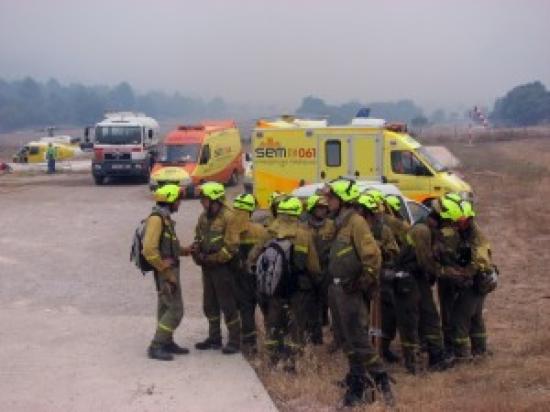 Un grup de Bombers, durant l'operatiu de l'incendi d'Horta de Sant Joan