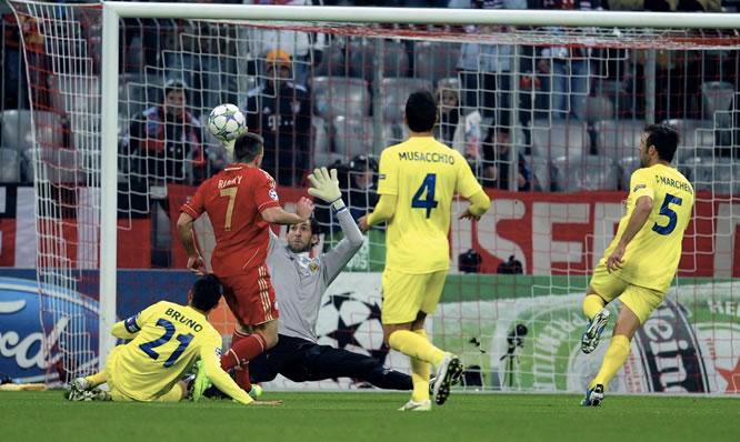 El guardameta del Villarreal, Diego López, no puede evitar el gol del francés del Bayern Múnich, Franck Ribery