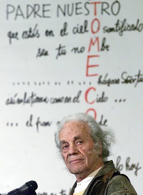 El poeta chileno Nicanor Parra ha sido galardonado este jueves a los 97 años con el premio Cervantes