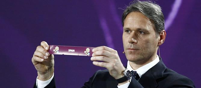 Van Basten sostiene el papel con el nombre de España en el sorteo de la Eurocopa 2012