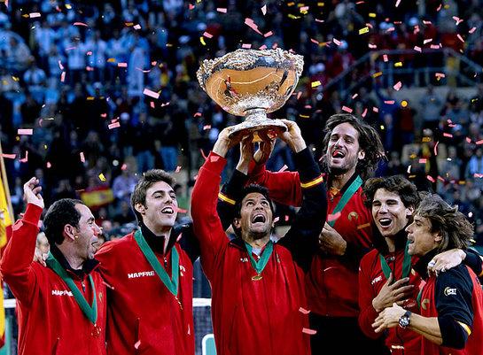 FOTOGALERIA: David Ferrer, Rafael Nadal, Feliciano López, Fernando Verdasco, Marcel Granollers y el capitán, Albert Costa, levantan la 'Ensaladera'