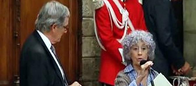 Maruja Ruiz lleva años luchando por los derechos vecinales. El 28 de noviembre le concedieron la Medalla de Honor de Barcelona. Y en el momento en que el alcalde, Xavier Trias, fue a entregársela, ella se negó a recogerla..