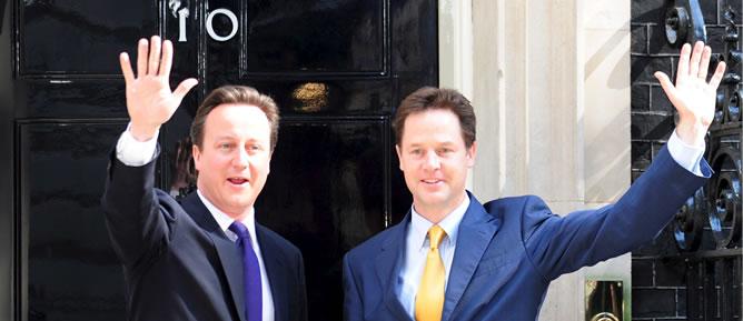 Cameron y Clegg, en el número 10 de Downing Street, en mayo de 2010